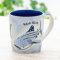 優しく温かみのあるデザインの陶器のマグカップ