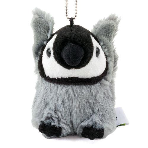 「おめでとう!」の言葉をテーマに、両手を上げて喜ぶ姿のエンペラーペンギン赤ちゃんのマスコット